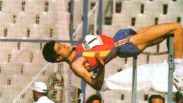 Arturo Ortiz en la prueba salto de altura