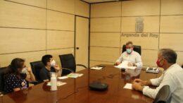 Darío Luis Moral con su familia en el Ayuntamiento de Arganda